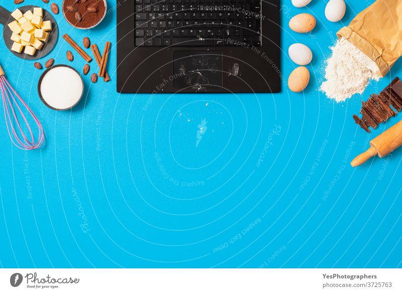 Backzutaten und Laptop-Draufsicht. Food-Blogging mit Backrezept. Online-Kochkurs zu Hause Hintergrund backen Bäckerei bloggend blau Kuchen Schokolade