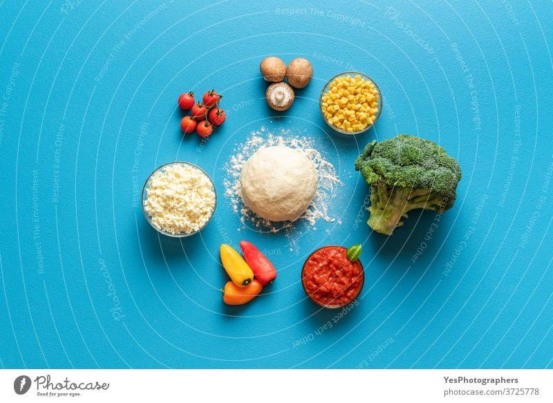 Zutaten und Teig der Pizza Primavera, Draufsicht. Pizza mit Gemüse und Käseherstellung nach Rezept. obere Ansicht Hintergrund backen Bäckerei blau Brokkoli