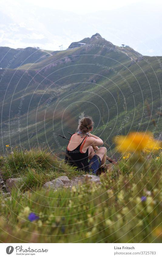 Berge - Pause - Frau - Wiese Berge u. Gebirge wandern grün Pflanzen Sommer 30-45 Jahre Natur Naturliebe Naturerlebnis bewundernd erleben beobachten