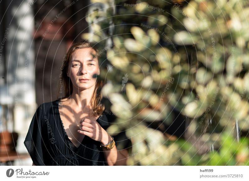 die  junge Frau blickt selbstbewusst in die Kamera Porträt Blick in die Kamera Melancholie Gesicht Frauengesicht Junge Frau feminin natürlich authentisch hübsch