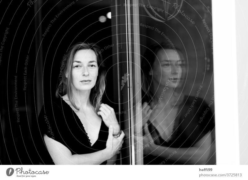 Die Frau und ihr Spiegelbild Porträt Erwachsene Junge Frau feminin Stil Schwarzweißfoto Melancholie Bewegung geheimnisvoll Gefühle Kopf Denken nachdenklich