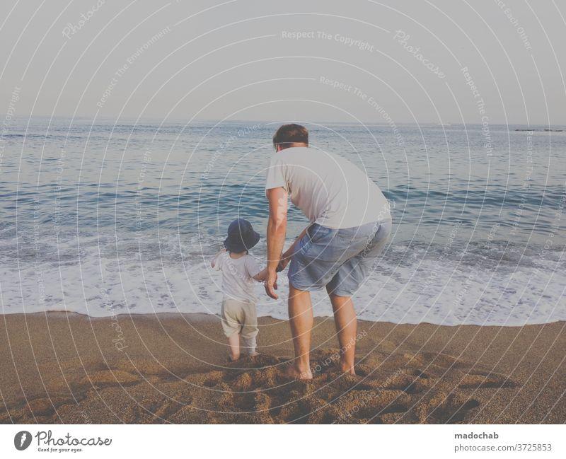 2.200 unvorteilhafte Haltung Mensch Person Vater Sohn Familie Meer Strand gemeinsam zusammen Aussicht Familie & Verwandtschaft Zusammensein Kind Eltern Mann