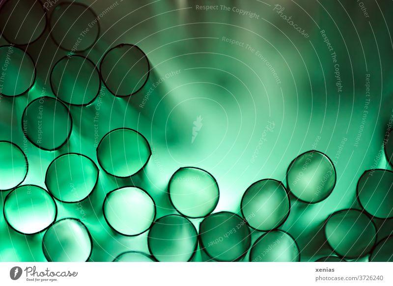 es grünt so grün ..ach Nee ist ja Plastik: Grüne Trinkhalme aus Plastik mit Licht ergeben schwarze Kreise mit grünem Hintergrund Strukturen & Formen