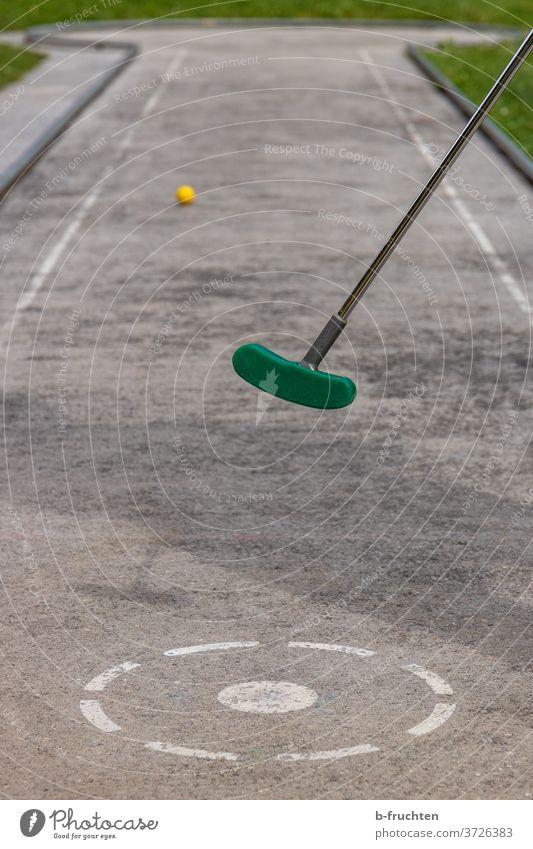Minigolf spielen Freizeit & Hobby Golf Minigolfschläger Minigolfbahn schlagen Spielen Außenaufnahme Ball Golfball Sommer Erfolg Sport Punkt Abschlag freizeit