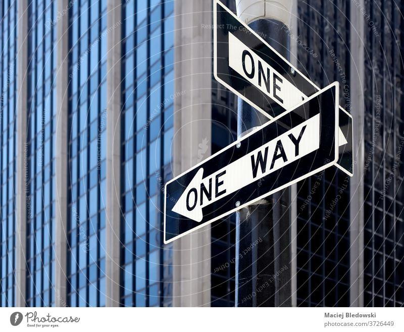 Einweg-Verkehrszeichen in New York City, USA. New York State Großstadt Manhattan einfache Fahrt Zeichen uns Straße urban Regie Konzept Wahl Pfeil