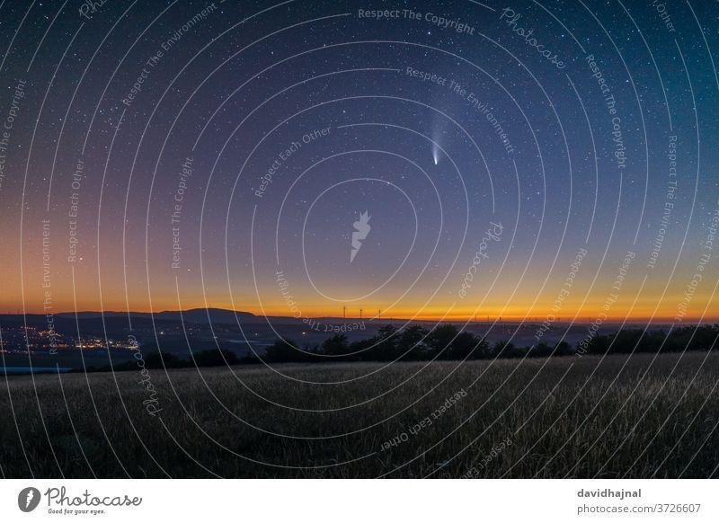 Komet C/2020 F3 (NEOWISE) über dem Grünstadter Berg. neowise Sternbild Nacht Dämmerung Koma Astronomie Juli 21 Gas Atmosphäre Leitwerke ion Plasma Natur