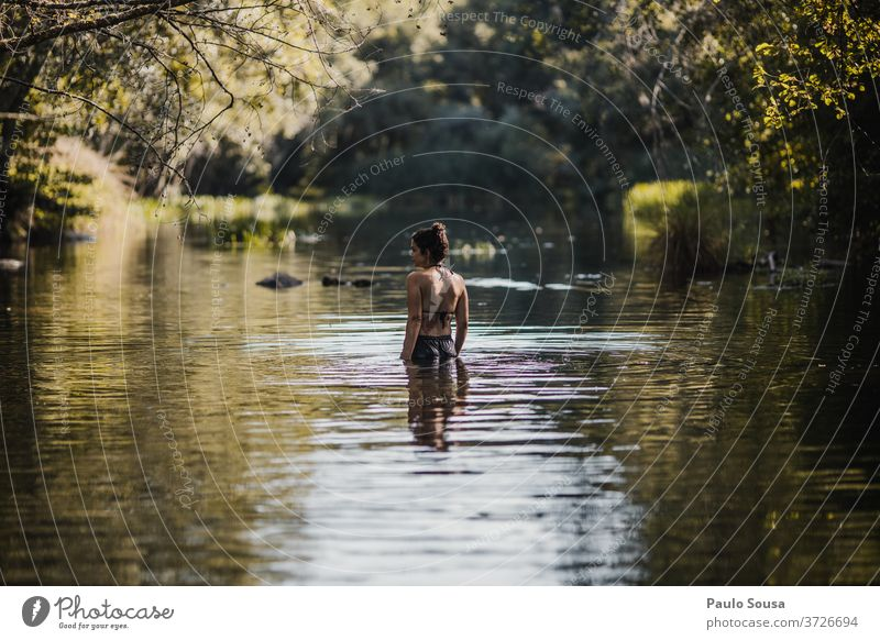 Frau im Fluss Mädchen 30-45 Jahre Kaukasier Außenaufnahme Lifestyle 18-30 Jahre Jugendliche Mensch Erwachsene Farbfoto reisen Reisefotografie Tourismus Natur