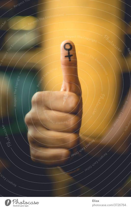 Daumen Hoch für Feminismus und Emanzipation Symbol Gender Gleichberechtigung weiblich Daumen hoch Gleichstellung Frauenrechte Symbole & Metaphern Gesellschaft
