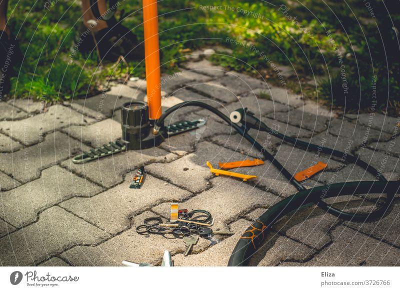Luftpumpe, Fahrradschlauch und Werkzeug zum Flicken eines Plattens flicken reparieren Schlauch Reifen Reparatur Freizeit & Hobby kaputt Sommer Rad DIY selber