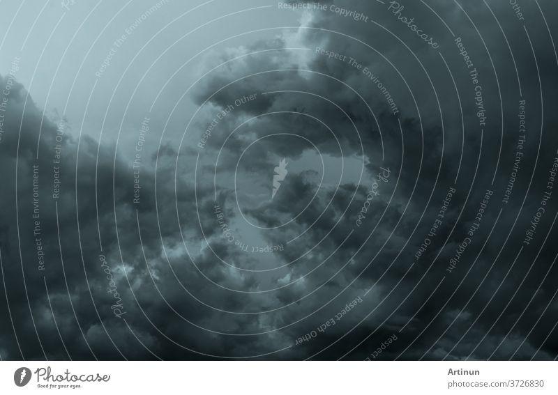 Dunkler dramatischer Himmel und Wolken. Hintergrund für Tod und trauriges Konzept. Grauer Himmel und flauschige weiße Wolken. Donner und Gewitterhimmel. Trauriger und launischer Himmel. Hintergrund der Natur. Toter abstrakter Hintergrund. Wolkenlandschaft.