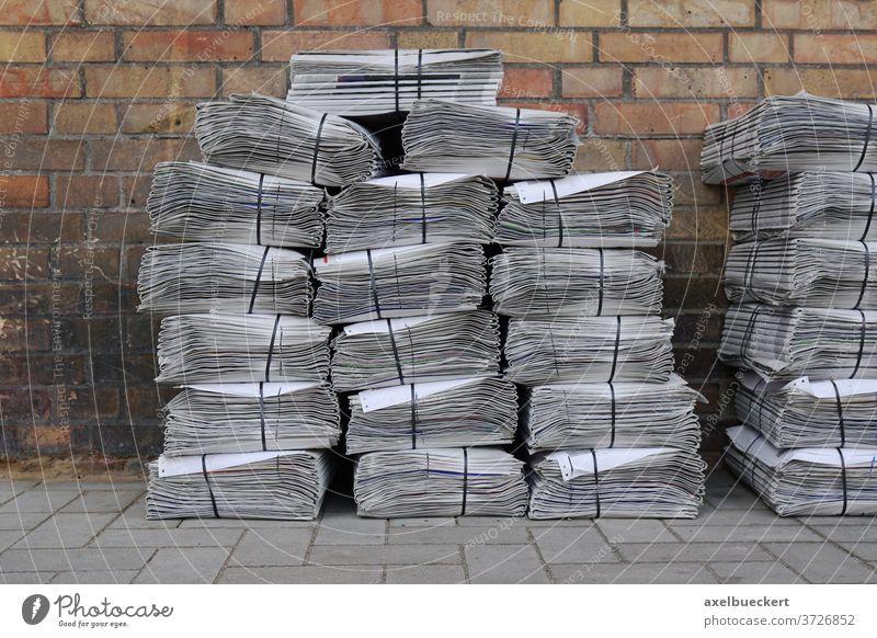 Zeitungsstapel auf der Straße Stapel Nachrichten Werbung Printmedien Wochenzeitung kostenlose Zeitung Journalismus Presse Papier Haufen Bündel Medien gestapelt
