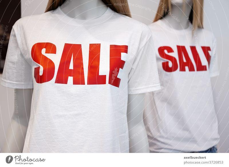 Schaufensterpuppen mit Sale T-Shirts im Schlussverkauf sommerschlussverkauf Mode Bekleidung Kleidung Einzelhandel Verkauf Rabatt Schnäppchen Laden rot Business