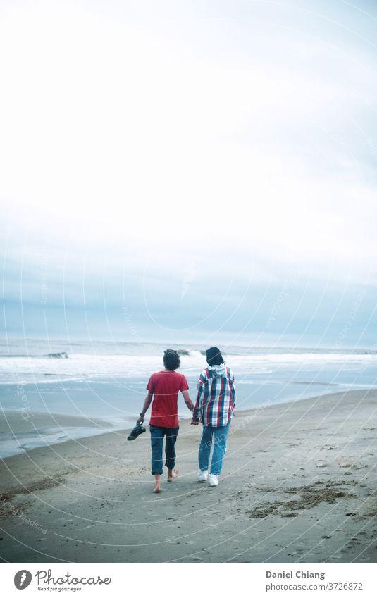 Unser Moment Paar Liebespaar Zusammensein Partnerschaft Vertrauen Glück Romantik Zuneigung Strand Hand in Hand laufen wolkig bewölkter Himmel jung Teenager