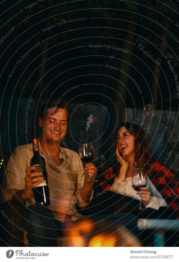 Paar Lovely Night Liebe Datierung Heterosexuelles Paar junger Erwachsener Zuneigung Alkohol Date-Nacht trinken Freunde Glück Freude Lifestyle Mann Party