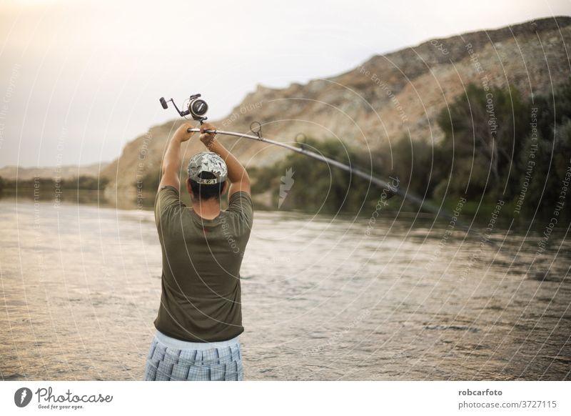 Flussfischer mit Angelrute Sport Fischer Person Erholung Natur See Angler Rolle Menschen fangen Casting Sommer männlich Spaß Wasser Gerät eine Fischen Freizeit