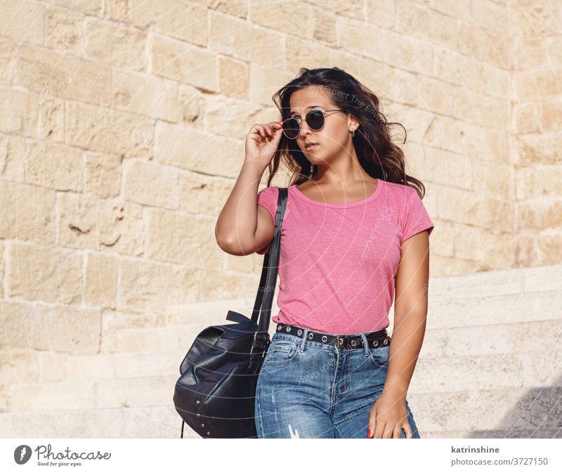 Junge Frauen gehen die Treppe hinunter und berühren die Sonnenbrille jung Mädchen anhaben Attrappe T-Shirt Jeanshose Muster Rundhals Bekleidungsmockup lässig