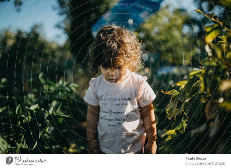 Kind im Garten Kindheitserinnerung Kleinkind Gartenarbeit Sommer Sommerurlaub Sommertag Mädchen mehrfarbig Mensch Freude Außenaufnahme Tag niedlich Spielen