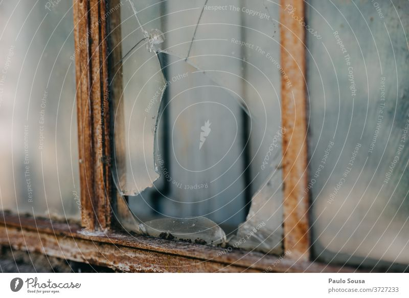 Zerbrochenes Fenster gebrochen Schaden Beschädigte verwittert Glas Vandalismus Verlassen verlassenes Gebäude verlassenes Haus verfallen leer Farbfoto Zerstörung