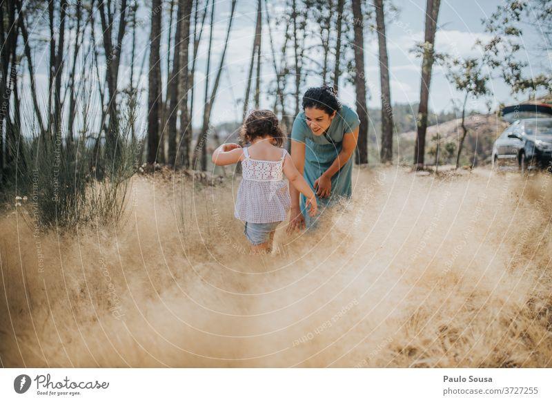 Mutter und Tochter beim Spielen im Wald Mutterschaft Mutter mit Kind Zusammensein Zusammengehörigkeitsgefühl Liebe Freude Frau Lifestyle Fröhlichkeit schön