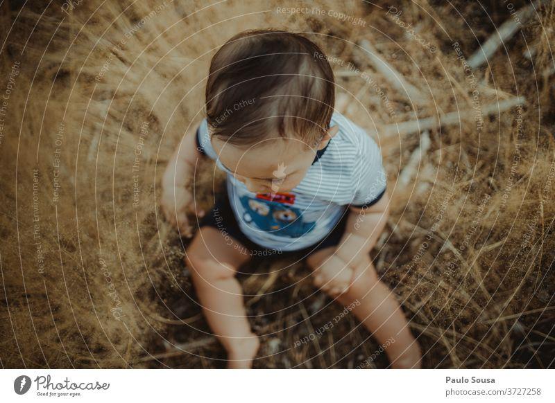 Kleinkind spielt mit Pflanzen Baby 0-12 Monate Blick von oben Natur unschuldig Sommer Sommerurlaub Spielen Lifestyle Tag niedlich Außenaufnahme Freude Kindheit