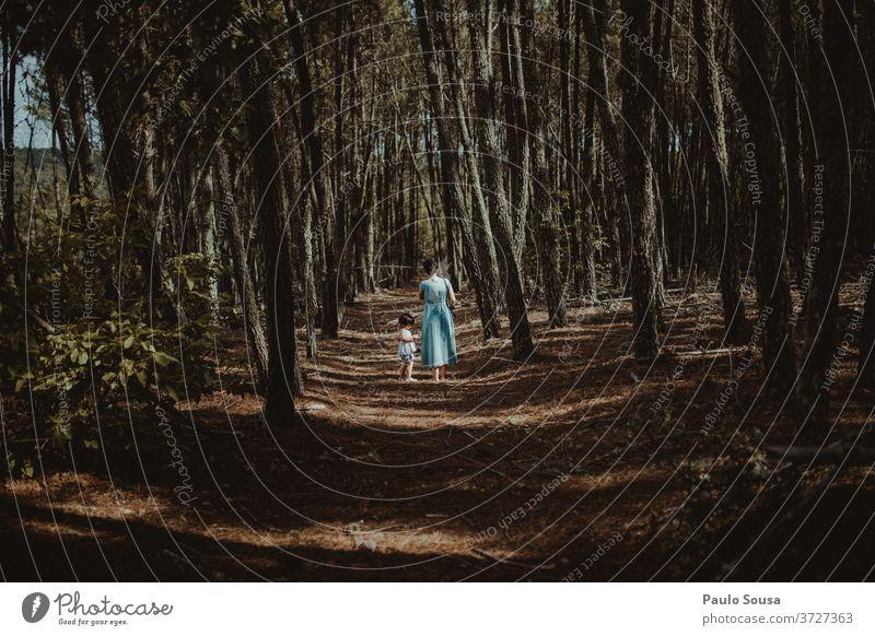 Mutter und Tochter beim Waldspaziergang Mutterschaft Familie & Verwandtschaft Zusammensein Zusammengehörigkeitsgefühl Wälder Liebe Erwachsene Fröhlichkeit