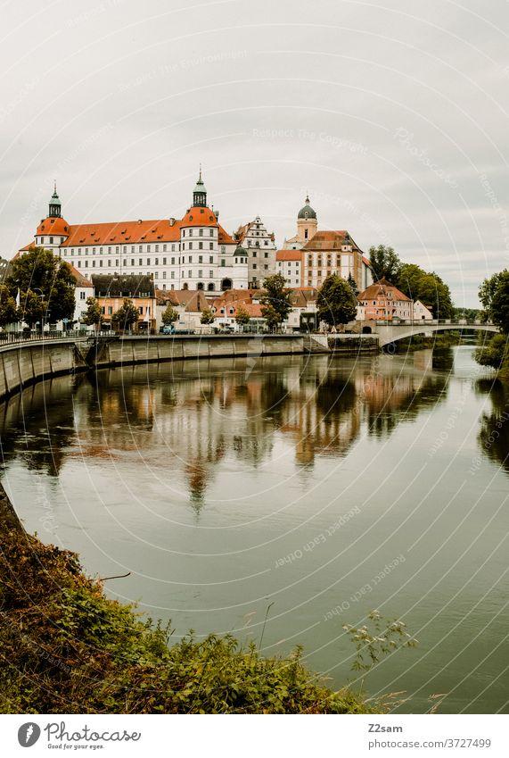 Neuburg an der Donau dorf stadt bayern wasser donau fluß donauradweg spiegelung sommer wärme himmel bewölkt kirche kloster neuburg schloß neuburg ufer