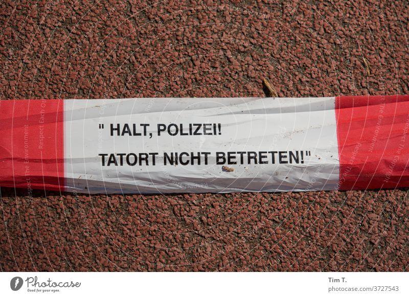 Tatort Berlin Polizei Halt betreten Kriminalität Menschenleer Farbfoto Tag Außenaufnahme Barriere Detailaufnahme Verbote Schilder & Markierungen Hinweisschild