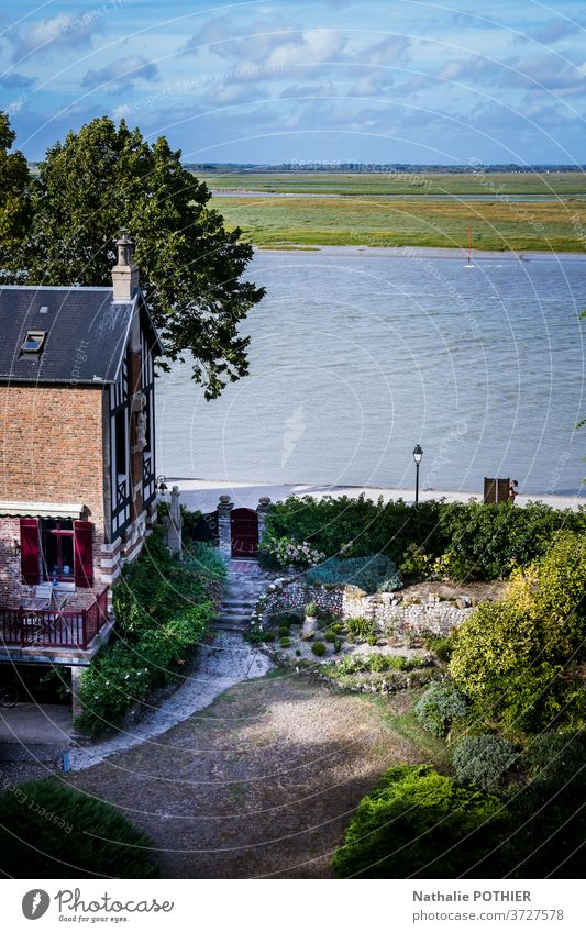 Ansicht der Baie de Somme, LeCrotoy, von den Höhen von Saint-Valery Bucht Wasser Himmel Haus Bäume Blick von oben weit Horizont Heilige Tapferkeit baie de somme