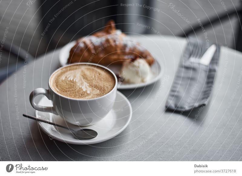 Tasse Kaffee und Croissant auf dem Tisch im Cafe Café Frühstück Kaffeepause trinken Morgen Espresso Lebensmittel Bäckerei Getränk braun Koffein frisch