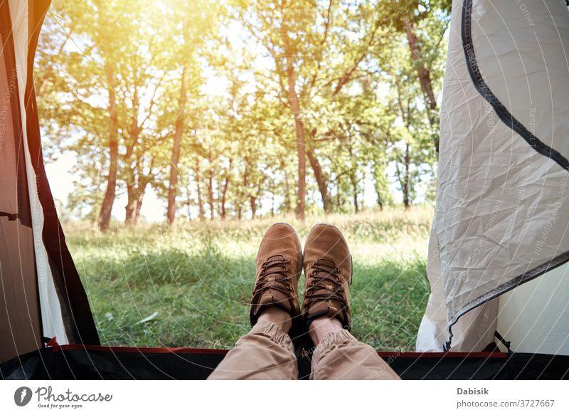 Innenansicht eines Campingzeltes im Wald am sonnigen Morgen Zelt Tourist Lager im Inneren Hintergrund Tourismus Natur wild Gras Sonne Ausflug Baum Aktivität