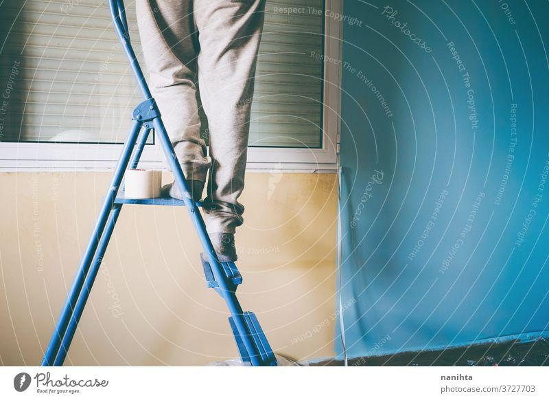 Mann bei der Renovierung eines Zimmers Reform heimwärts Arbeit Job Haus Farbe Raum männlich arbeiten heimwerken sich[Akk] bewegen Entfernung Umzug Örtlichkeit