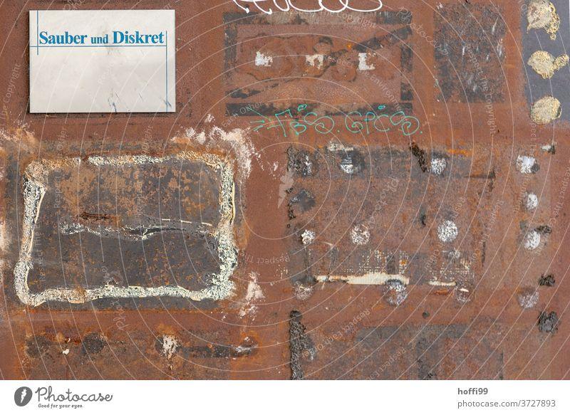Sauber und Diskret - hier ist der Name Programm Schild Hinweisschild Anzeige Bürofassade Gebäude alt rostiges Metall Rost Rostiges Schild Vergänglichkeit