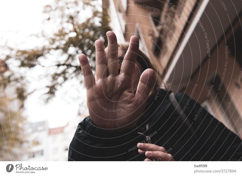 keine Fotos hier  - hau ab .... Ablehnung Privatsphäre portraite Hand verdecken Finger Schutz abschirmen stoppen verstecken 1 Frau stalken schützen wehren