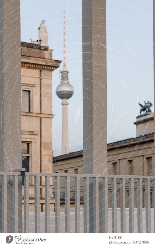 Ausblick auf Fernsehturm und Denkmal Berliner Fernsehturm gerahmt Hauptstadt Brandenburger Tor Stadt Wahrzeichen Architektur Deutschland Sehenswürdigkeit