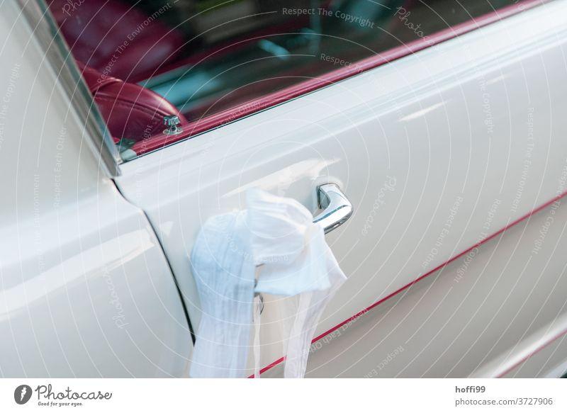 Brautschleier am Türgriff eines weißen  Mustang mit rotem Interieur Autotürgriff Mustang, Ledersitz heiraten PKW Oldtimer Glück Zukunft Wunsch Freundschaft