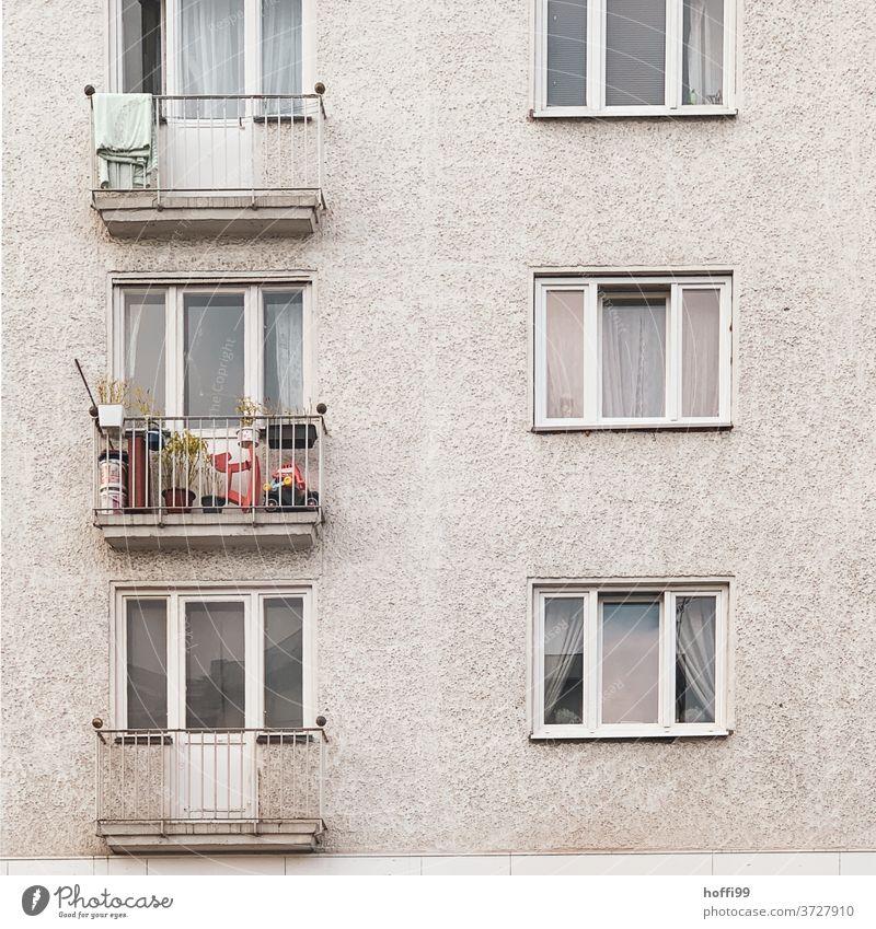 der Balkon lebt - wenn auch auf engem Raum Balkondekoration Balkone Fassade Tristesse Haus urban Abstellfläche Abstellplatz abstellen Zweckbau Fenster Berlin