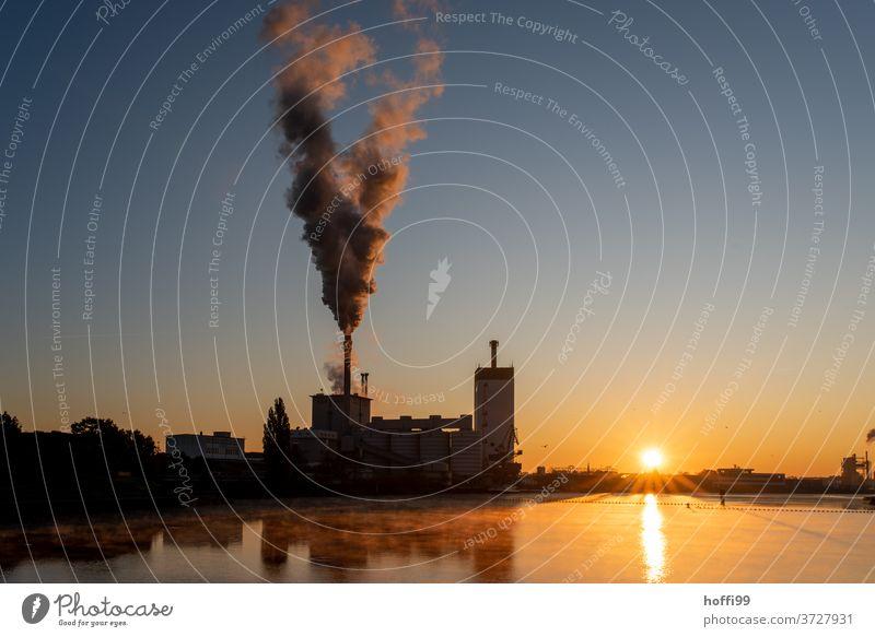 Sonnenaufgang über einem Fluss mit Kohlekraftwerk Klimawandel Kohlendioxid Sonnenaufgang - Morgendämmerung Sonnenlicht CO2-Ausstoß Morgennebel Emmission