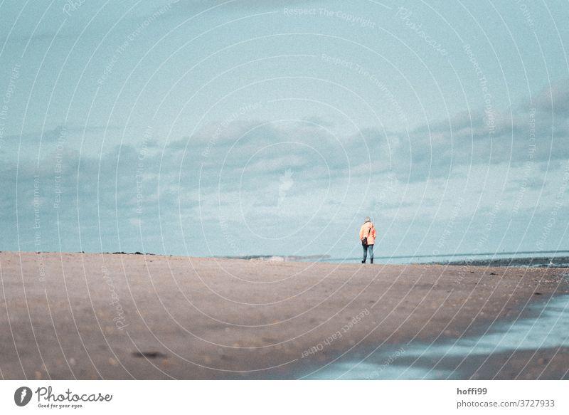 ein einsamer Spaziergänger im Herbst am Meer - die Tage werden kürzer Einsam herbstlich Nordsee Strandspaziergang Küste herbsturlaub Besinnlichkeit besinnlich