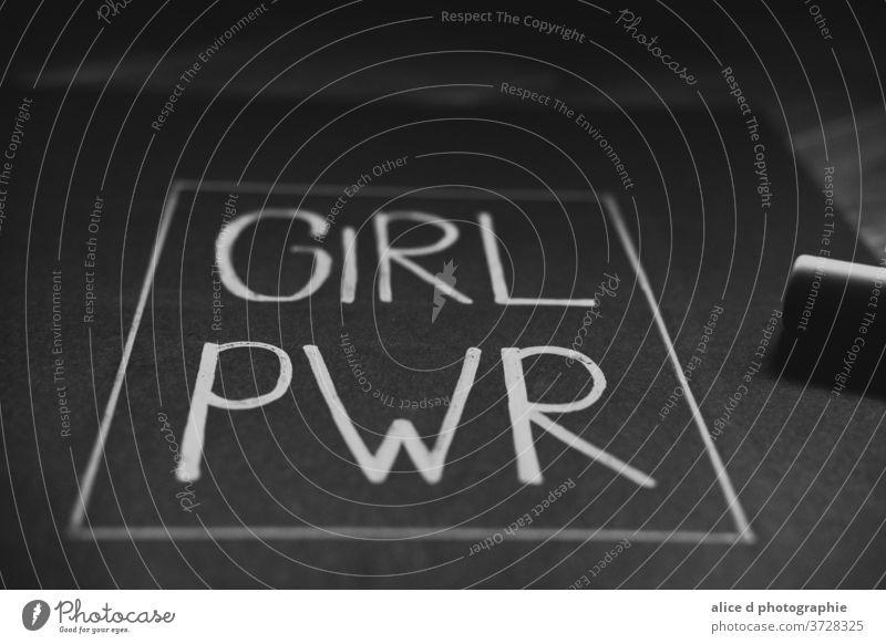 Mädchenmacht in weißer Schrift auf einem schwarzen Blatt Papier Frau Tag stark Freiheit Emanzipation zwängen kämpfen Diskriminierung Feministin Toleranz