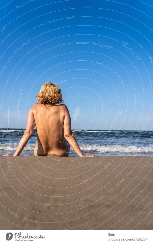 Frau sitzt am Meer Strand Ferien & Urlaub & Reisen Sand Wellen Ostsee Küste Sommer Erholung Horizont Tourismus Ferne Sandstrand sitzen nackt