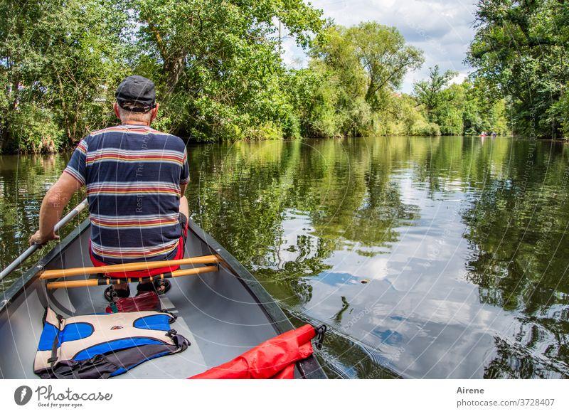 ab in den Urlaub! Boot Schiff ruhig Ufer idyllisch Fluss Enz Kanu Kajak Kanadier Ruderboot Bootsführer Bootsfahrt Schwimmweste Abenteuer Flussufer Natur Auwald