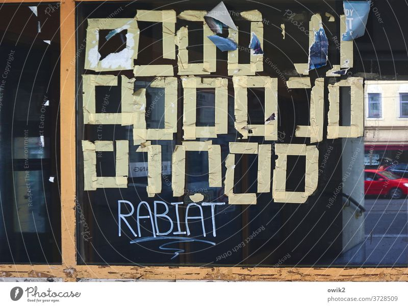 Geheimschrift Schaufenster beklebt Reste Vierecke geheimnisvoll Spiegelung hebräisch fremdartig Zeichen Glas RestePapier Klebeband anhaften