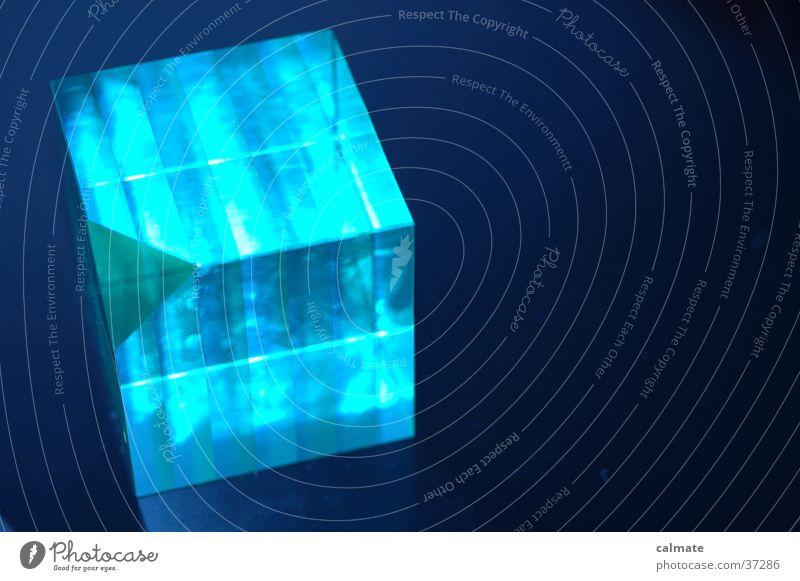 The Cube blau Glas Ecke Geometrie Symmetrie Würfel graphisch schimmern Objektfotografie Weißabgleich Briefbeschwerer Vor dunklem Hintergrund leuchtende Farben