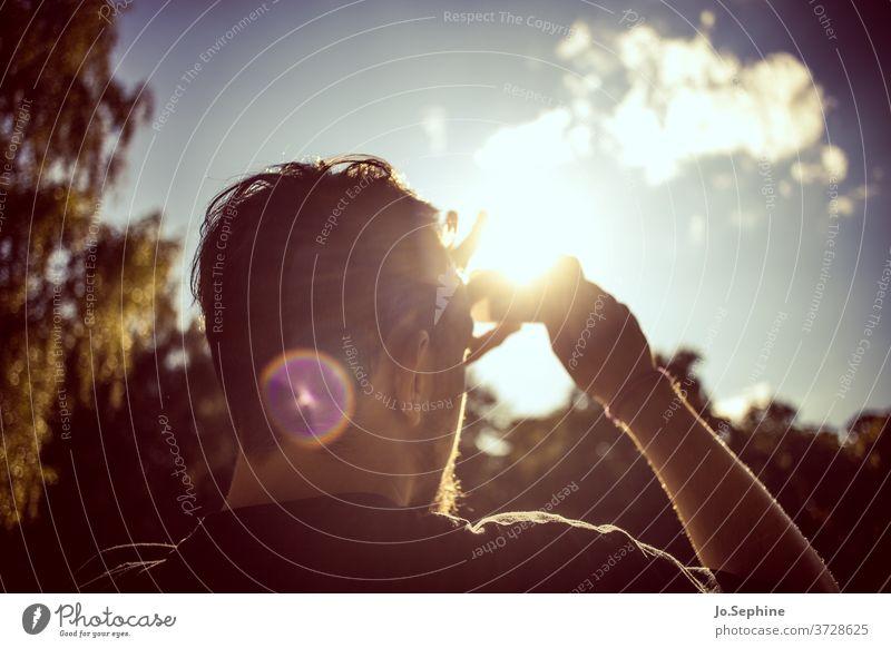 summer vibes Junger Mann Jugendliche Erwachsene Lebensfreude Natur Umwelt Sommer Schönes Wetter Sonne Sonnenlicht Sonnenstrahlen Himmel Lifestyle Erholung