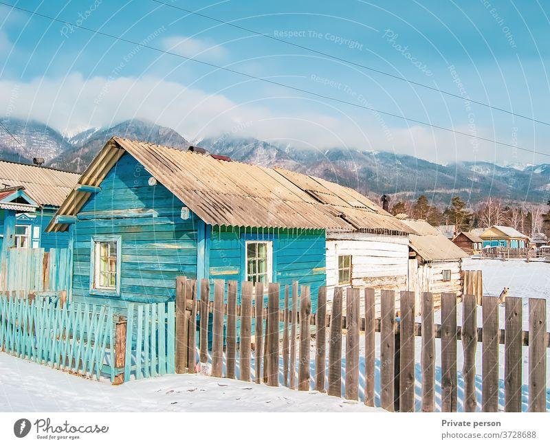 Holzhaus am Fuße der Berge, Wildtiere, Winterhintergrund. Dorf. Architektur schön blau kalt Europa Frost Haus altehrwürdig reisen Landschaft Berge u. Gebirge