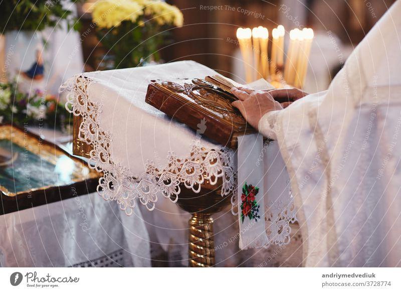 Bibel auf dem Altartisch. Glaube und Religionskonzept. Predigender Hintergrund. Inneres der Kirche. Konzept des Tisches des Herrn. Konzept der heiligen Feiertage und Weihnachten. Tradition des Christentums.