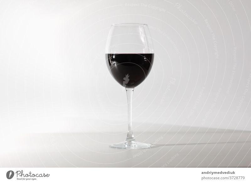 Glas Rotwein, isoliert auf weißem Hintergrund. Ein Glas Rotwein. Platz zum Kopieren. Wein rot vereinzelt trinken Alkohol Feier Weinglas Merlot Cabernet
