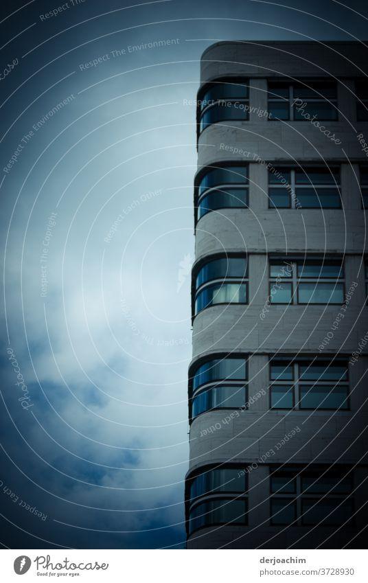 eine ganz besondere FASSADE  - Architektur - ein an der Ecke  abgerundetes Hochhaus . Gebäude Fenster Fassade Haus Menschenleer Außenaufnahme Farbfoto Wand