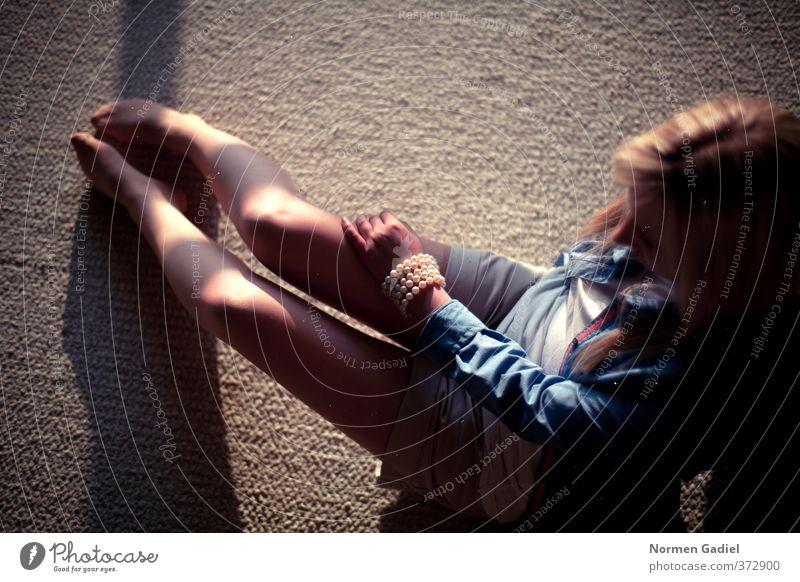 Einsamkeit Mensch Jugendliche Erholung Einsamkeit ruhig Junge Frau Erwachsene 18-30 Jahre feminin Gefühle Traurigkeit Beine träumen Wohnung sitzen Zufriedenheit