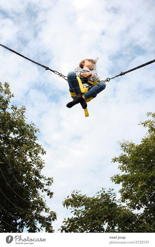 Mädchen fliegt in den Himmel – Rocket Bungee fliegen fröhlich frei Freiheit Leichtigkeit lässig Schneidersitz Freizeit Vergnügen Außenaufnahme Freizeit & Hobby